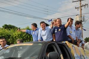 Prefeito Danilo Gleic e o governador Marconi acenando para eleitores durante a carreata