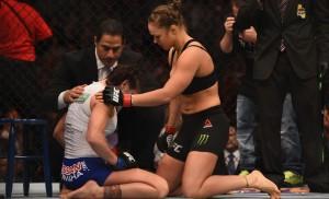 Ronda Rousey consola Cat Zingano após vencê-la em apenas 14s no UFC